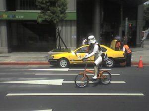 Stormtrooper in bicicletta