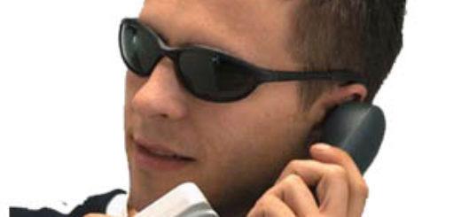 alterare la voce su skype ingegneria sociale telefono uomo occhiali scuri