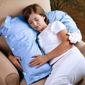 oggetti assurdi - cuscino abbraccio