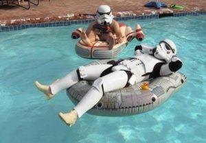 Stormtrooper Imperiale si rilassa in piscina