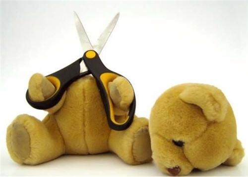 orso suicida taglia la testa animale decapitato forbici