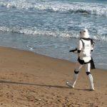 Stormtrooper passeggia sulla spiaggia