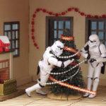 Stormtrooper decorano l'albero di Natale