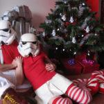 Coppia di Stormtrooper festeggia il Natale d'avanti l'albero